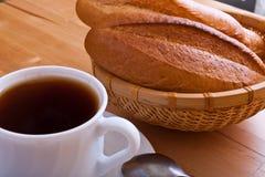 Tasse Tee mit einem Laib des frischen Brotes Lizenzfreies Stockbild