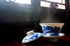 Tasse Tee mit einer Kappe Stockfotos