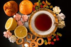 Tasse Tee mit einer Zitrone und Bonbons Lizenzfreie Stockbilder