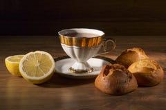 Tasse Tee mit einer Zitrone und Bonbons Lizenzfreie Stockfotos