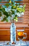 Tasse Tee mit emon und Kirsche auf hölzernem Hintergrund Fenster Stockfotos