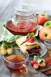 Tasse Tee mit Fruchtkuchenstrudel lizenzfreies stockbild