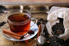 Tasse Tee mit Gewürzen und Sieb Stockbild