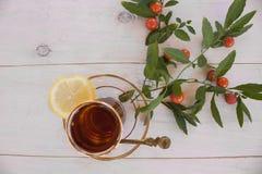 Tasse Tee mit Gewürzen und Zitrone Stockfoto