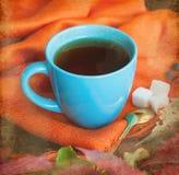 Tasse Tee mit Herbstlaub von wilden Trauben Stockfotografie