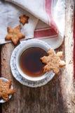 Tasse Tee mit Ingwerplätzchen Stockbild