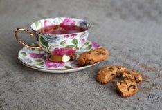 Tasse Tee mit Keksen auf Tischdecke Lizenzfreie Stockfotos