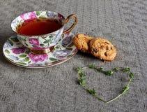 Tasse Tee mit Keksen und Thymianherzen Lizenzfreie Stockbilder