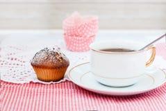 Tasse Tee mit Kuchen auf einem weißen Hintergrund Lizenzfreie Stockfotografie