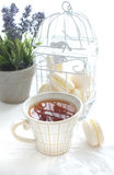 Tasse Tee mit macaron Lizenzfreies Stockbild