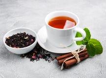 Tasse Tee mit Minze und Zimt Lizenzfreies Stockfoto
