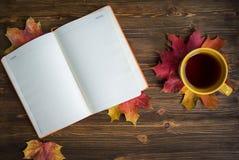Tasse Tee mit Notizblock Stockfotografie
