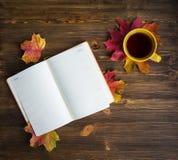 Tasse Tee mit Notizblock Lizenzfreie Stockfotografie