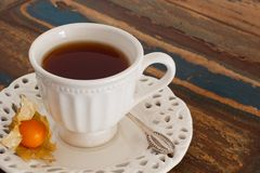 Tasse Tee mit physelis Stockfoto