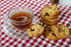 Tasse Tee mit Plätzchen lizenzfreies stockfoto