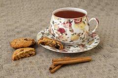 Tasse Tee mit Plätzchen Stockbild