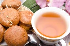 Tasse Tee mit Plätzchen auf einer Platte Stockfoto