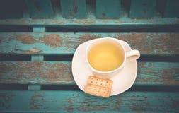 Tasse Tee mit Plätzchen auf Tabelle Lizenzfreies Stockfoto