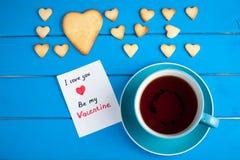 Tasse Tee mit Plätzchen für Valentinsgruß ` s Tag Lizenzfreies Stockbild
