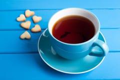 Tasse Tee mit Plätzchen für Valentinsgruß ` s Tag stockfoto