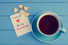 Tasse Tee mit Plätzchen für Valentinsgruß ` s Tag Lizenzfreie Stockbilder
