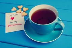 Tasse Tee mit Plätzchen für Valentinsgruß ` s Tag stockbilder
