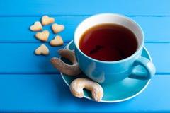 Tasse Tee mit Plätzchen für Valentinsgruß ` s Tag Stockfotografie