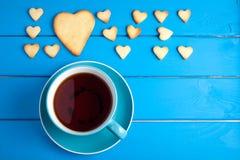 Tasse Tee mit Plätzchen für Valentinsgruß ` s Tag lizenzfreie stockfotografie