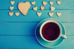Tasse Tee mit Plätzchen für Valentinsgruß ` s Tag stockbild