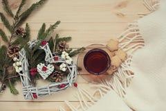 Tasse Tee mit Plätzchen versieht mit einem Weihnachtskranzherzen mit einem Sternchen lizenzfreie stockfotos
