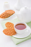 Tasse Tee mit süßen Waffeln Stockfoto