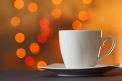 Tasse Tee mit schönem Hintergrund der bunten Blitzunschärfe Lizenzfreie Stockfotos