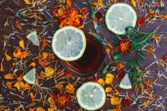 Tasse Tee mit Scheiben der Zitrone und der Blumen Stockbilder