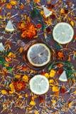Tasse Tee mit Scheiben der Zitrone und der Blumen Lizenzfreie Stockbilder