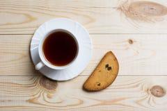 Tasse Tee mit Stück Zwiebackbrot stockbilder