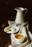 Tasse Tee mit Zitrone auf dem Tisch Stockfoto
