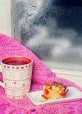 Tasse Tee nahe dem Winterfenster Stockbilder