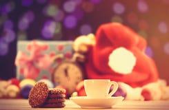 Tasse Tee oder Kaffee und Plätzchen Stockbild