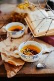 Tasse Tee, rustikale Art Tasse Tee mit Gewürzen und Zitrone an Stockfotos