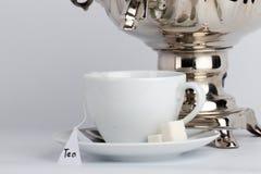 Tasse Tee am Samowar Lizenzfreie Stockfotografie