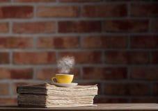 Tasse Tee und alte Bücher Lizenzfreie Stockbilder