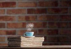 Tasse Tee und alte Bücher Stockbilder