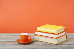 Tasse Tee und Bücher auf Holztisch Bildungshintergrund Zurück zu Schule Kopieren Sie Raum für Text Stockbild
