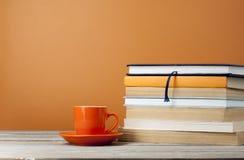 Tasse Tee und Bücher auf Holztisch Kopieren Sie Raum für Text Stockbild