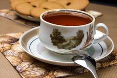 Tasse Tee und Biskuite Stockfotos