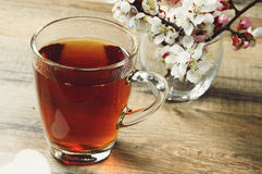 Tasse Tee und Blumen Stockfoto