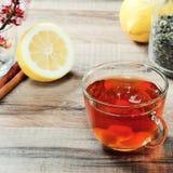 Tasse Tee und Blumen Stockfotografie