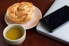 Tasse Tee und Brot Stockfoto