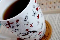 Tasse Tee und Buch Lizenzfreies Stockfoto