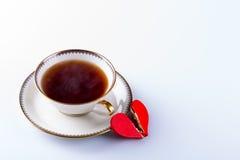Tasse Tee und defektes Herz als Keks Stockbilder